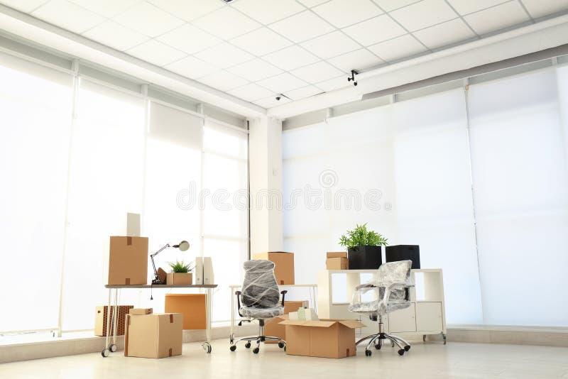 Bewegend dozen en meubilair stock fotografie