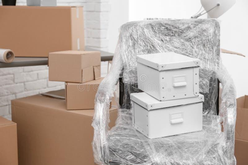 Bewegend dozen en meubilair in bureau stock fotografie