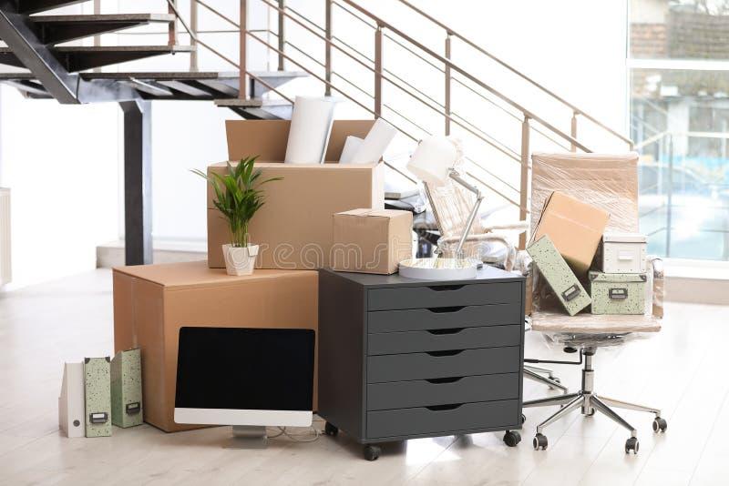 Bewegend dozen en meubilair royalty-vrije stock afbeeldingen
