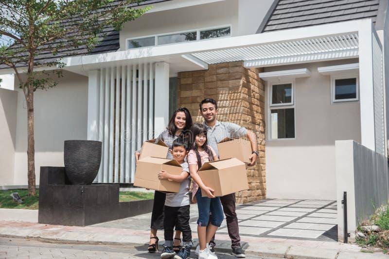 Bewegende Dag gelukkige Aziatische familie voor hun nieuw huis stock foto's