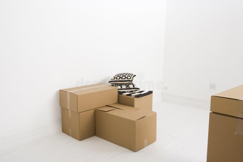 Bewegende dozen en twee hoofdkussens stock foto's