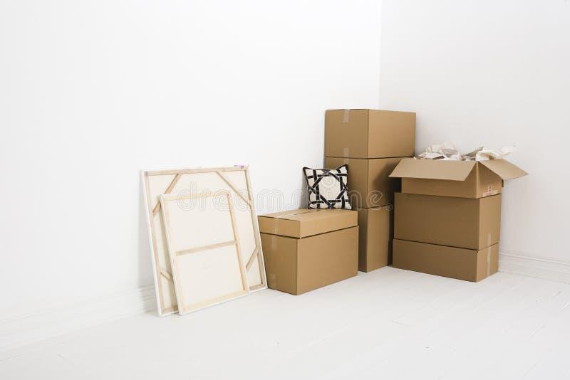 Bewegende dozen in hoek stock afbeelding