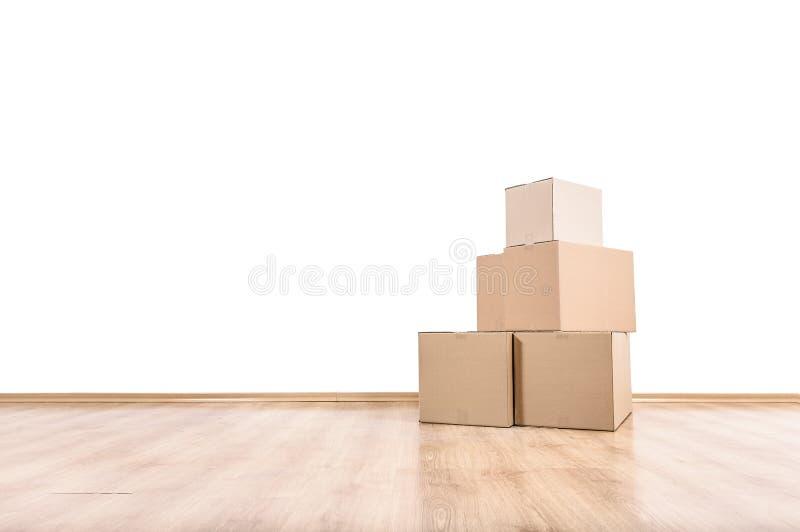 Bewegende dozen op de vloer stock afbeeldingen