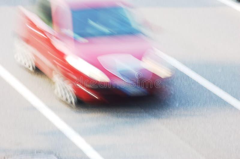 Bewegende rode auto stock foto