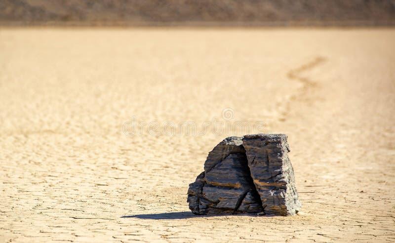 Bewegende Stenen bij de Playa-Renbaan in Doodsvallei Californië met een velddiepte stock afbeelding