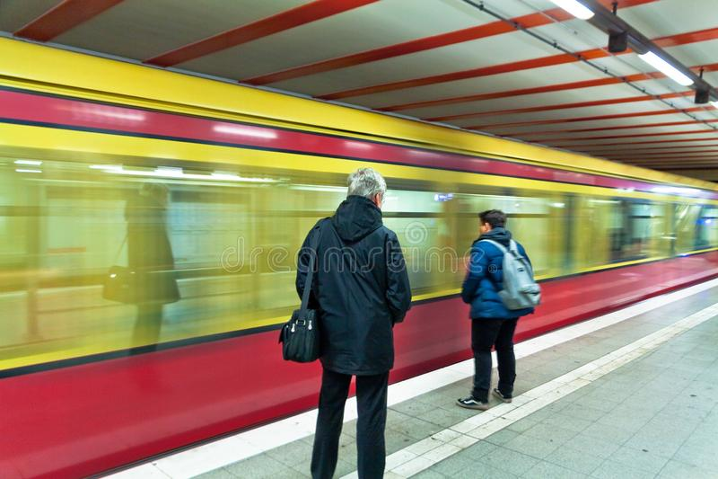 Bewegende trein bij de post in Berlijn stock fotografie