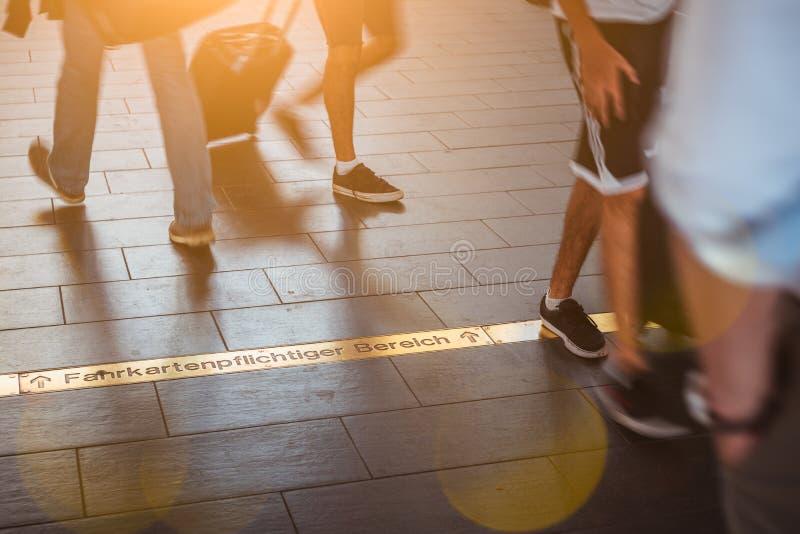Bewegende unscharfe Menge in der Metro in Deutschland Leutefüße und -Sonnenstrahlen stockfotos