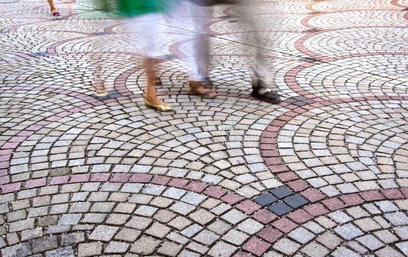 Bewegende Voeten op bedekte Straat met motieonduidelijk beeld stock foto's