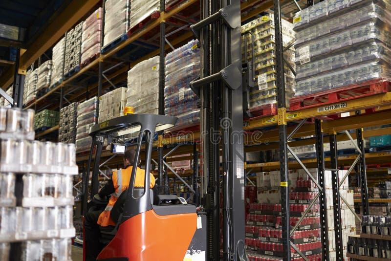 Bewegende voorraad in distributiepakhuis met een doorgangvrachtwagen stock afbeeldingen