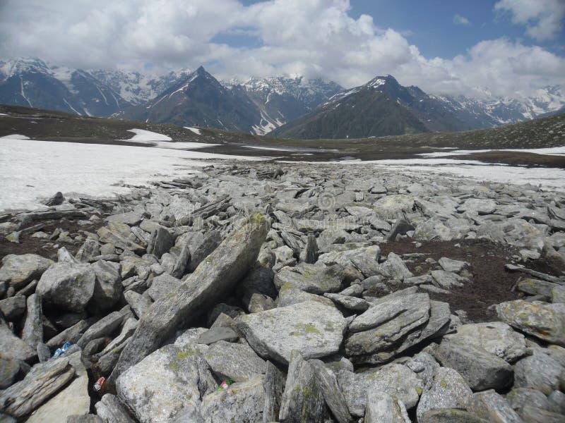 Bewegende wind die over de sneeuw lopen stock afbeelding