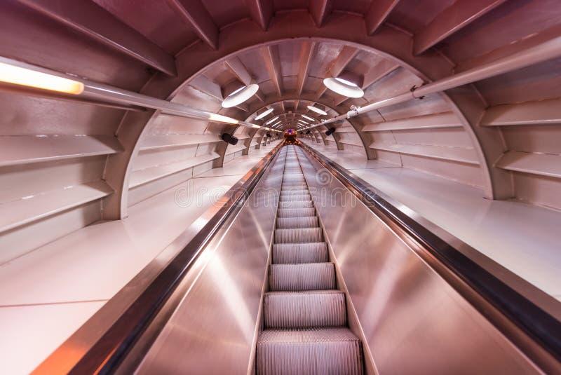 Bewegendes unscharfes Bild der Rolltreppe innerhalb eines Tunnels stockfotografie