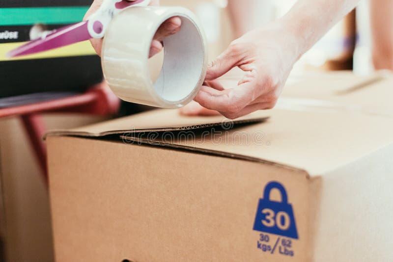 beweging Karton, dozen en materiaal voor zich het bewegen in een nieuw huis, verpakking stock afbeeldingen