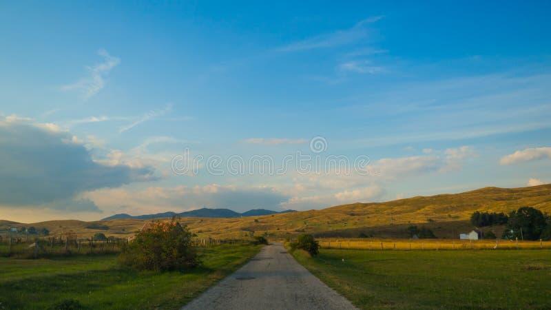 Beweging op de weg in het platteland royalty-vrije stock afbeelding