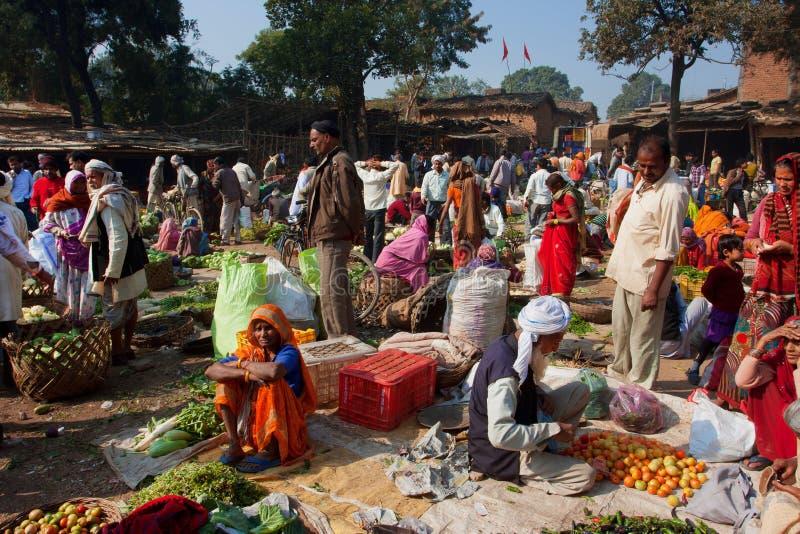 Beweging van mensen in de dorps plantaardige markt stock afbeelding