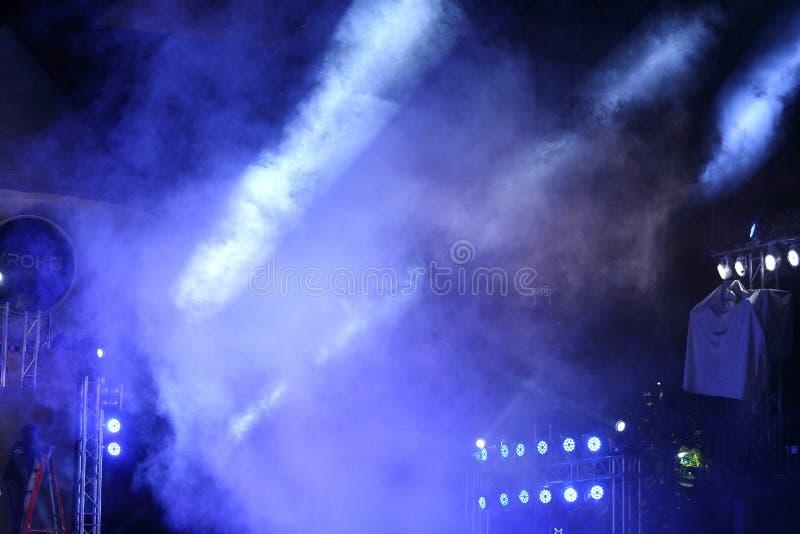 Bewegliche Beleuchtung der Leistung auf Baulichtstrahl lizenzfreies stockbild