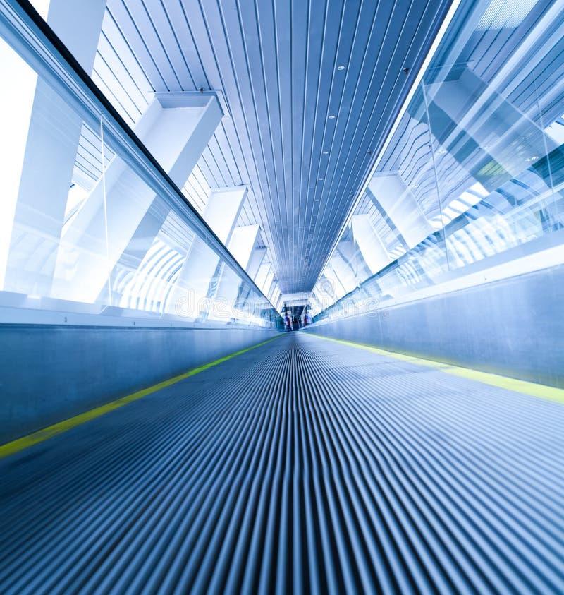 Bewegliche blaue Rolltreppe stockfotografie