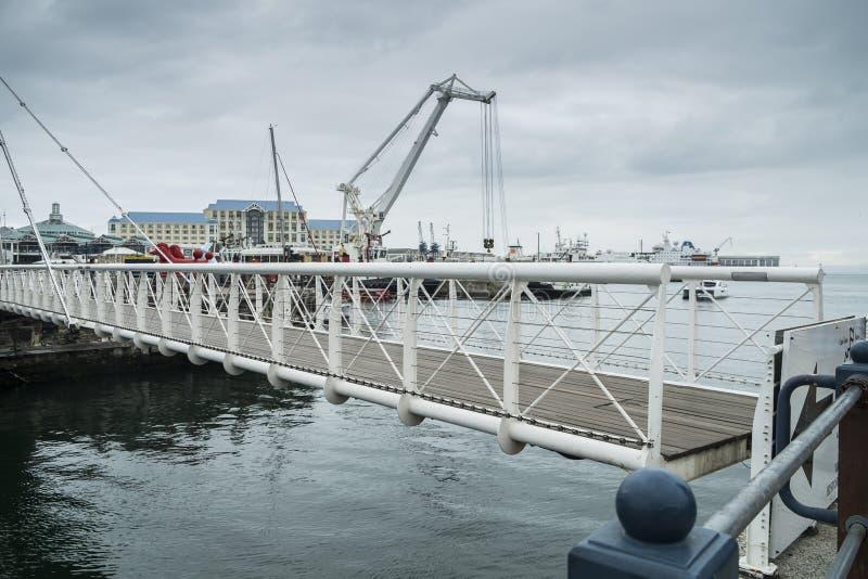 Bewegliche Brücke am Ufergegendhafen lizenzfreies stockbild