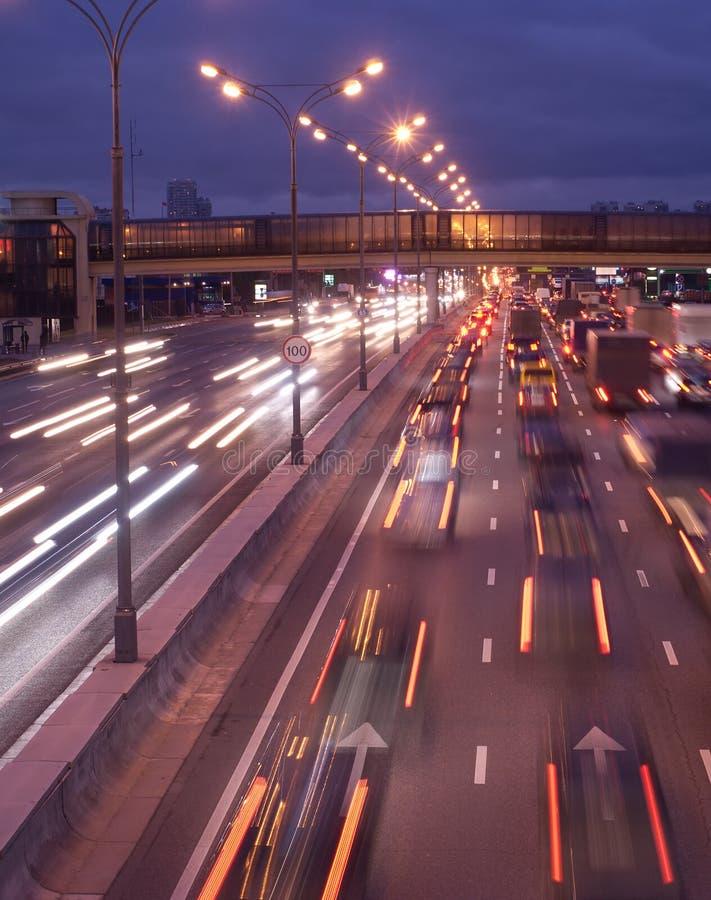 Bewegliche Farbenautoleuchten auf Nachtdatenbahn lizenzfreie stockfotos