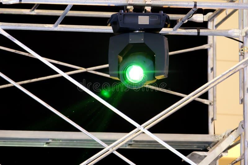 Bewegliche Hauptlichttechnische ausrüstung auf Baugerüst stockfotografie