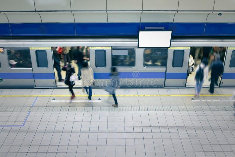 Bewegliche Leute betreten Wagen an der Metrostation lizenzfreie stockfotos