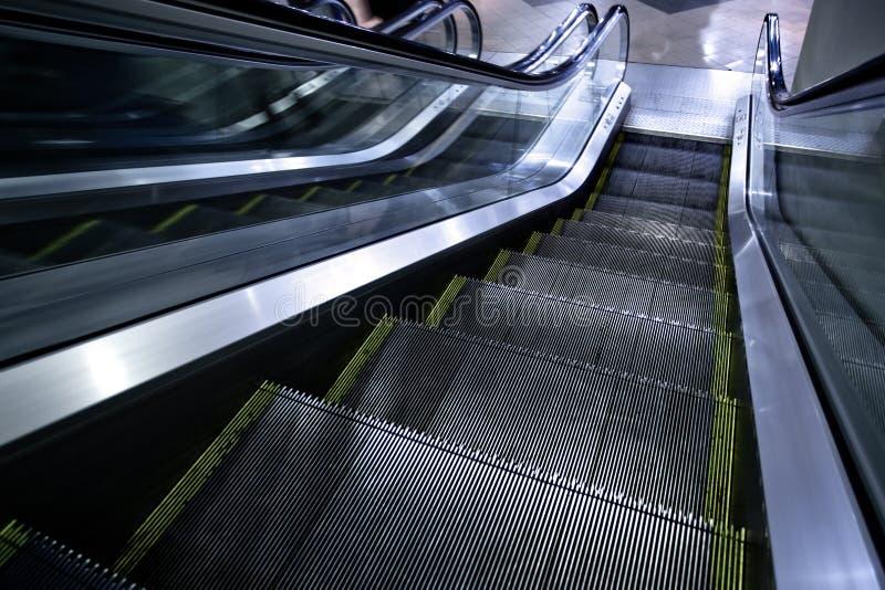 Bewegliche Rolltreppe ohne Leute stockbilder