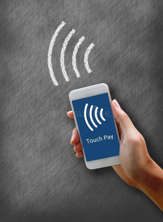 Bewegliche Zahlungen mit Smartphonekonzept Frau, die Telefon hält und stockbilder