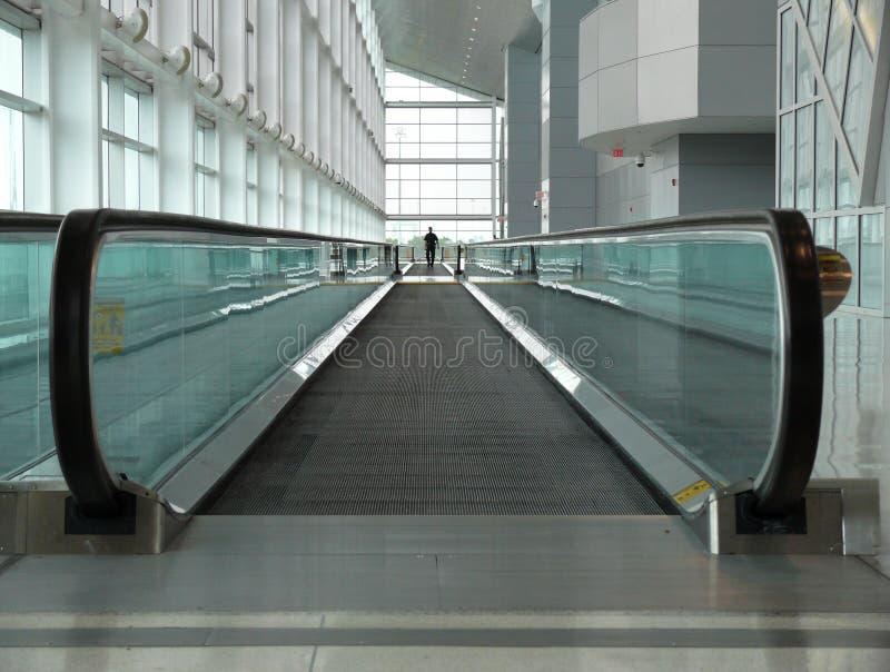 Beweglicher Bürgersteig im Flughafen stockbilder