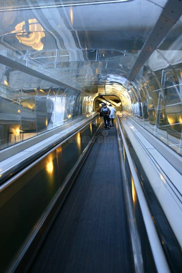 Beweglicher Gehweg des Flughafens lizenzfreie stockbilder
