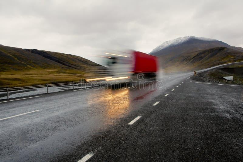 Beweglicher roter LKW stockbilder