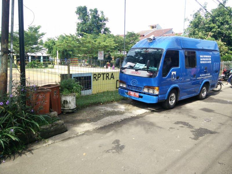 beweglicher Service f?r die Herstellung eines childs Personalausweises, Jakarta, Indonesien am 2. April 2019 lizenzfreie stockbilder
