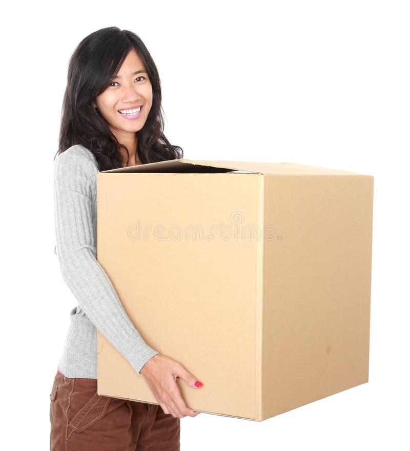 Beweglicher Tag Frau mit ihrem Material innerhalb der Pappschachtel lizenzfreie stockfotografie