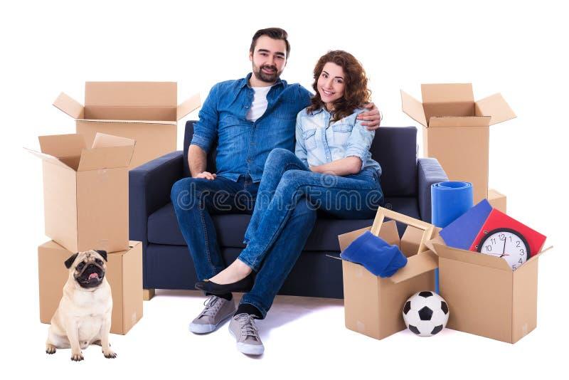 Beweglicher Tag und neues Hauptkonzept - reizendes Paar, das auf Sofa sitzt lizenzfreie stockfotografie