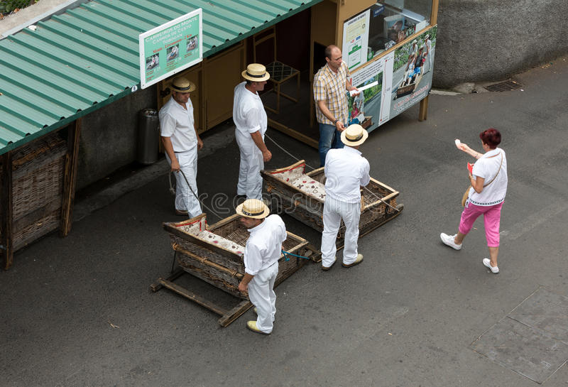 Beweglicher traditioneller Stockschlitten der Tobogganreiter abwärts auf den Straßen von Funchal Monte-Park, Madeira lizenzfreies stockbild