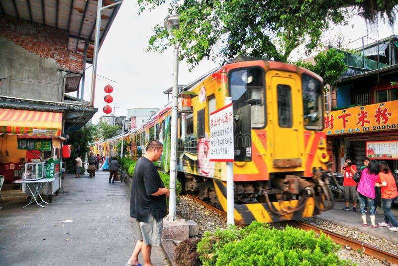 Beweglicher Zug überschreitet durch Herz alter Straße Shifen stockbilder