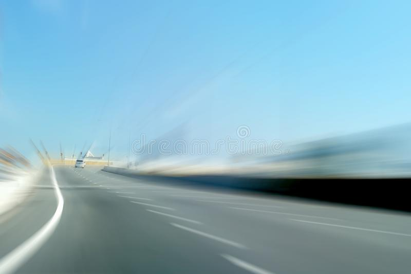 Bewegliches Autofahren auf Landstraßenunschärfehintergrund stockfotos
