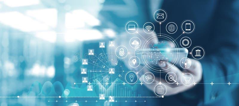 Bewegliches ein Bankkonto habendes Netz, Online-Zahlung, digitales Marketing Geschäftsleute, die Handy mit Kreditkarte- und Ikone lizenzfreies stockfoto