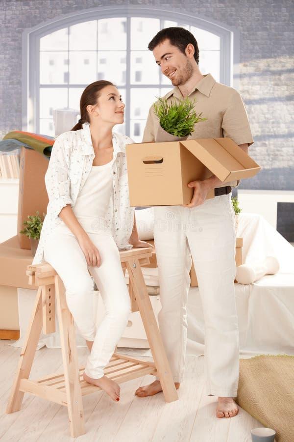 Bewegliches Haus der jungen Paare, das Kästen entpackt lizenzfreies stockfoto