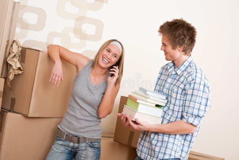 Download Bewegliches Haus: Junge Paare Mit Kasten Im Neuen Haus Stockfoto - Bild von pappe, alleine: 12202762