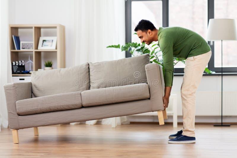 Bewegliches Sofa des gl?cklichen indischen Mannes zu Hause stockfotos