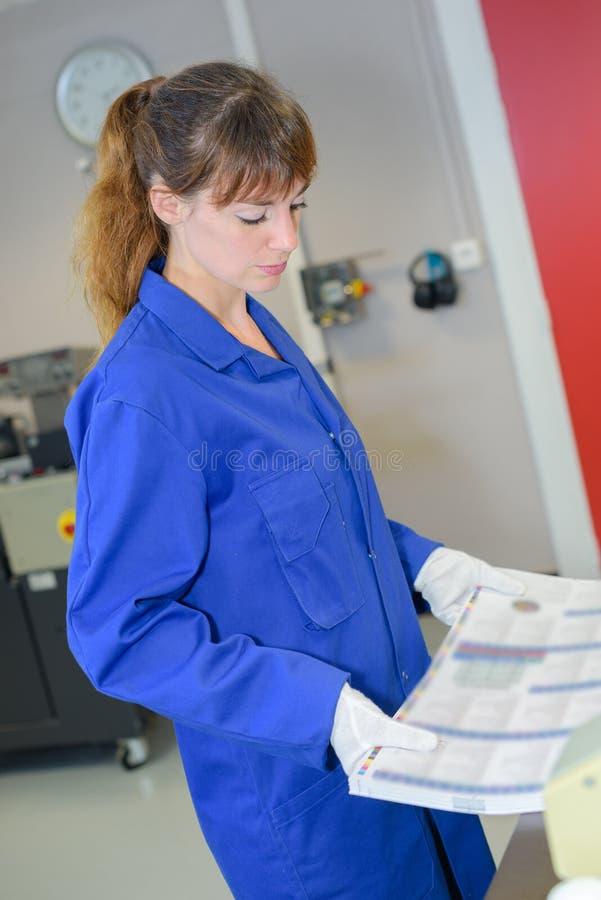 Bewegliches Stapelpapier der Arbeitnehmerin lizenzfreie stockbilder