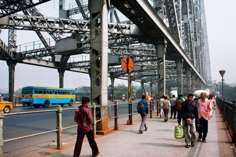 Bewegung des Fußgängerübergangs auf gedrängter Brücke lizenzfreie stockfotografie