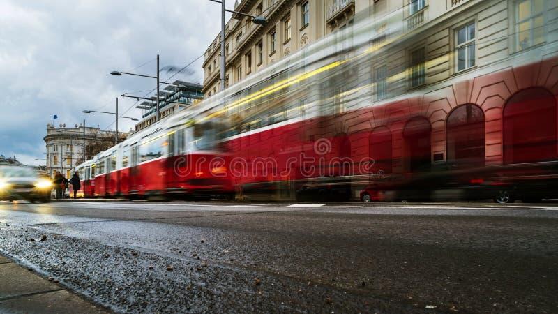 Bewegung verwischte rote Tram im Stadtzentrum von Wien, Österreich lizenzfreies stockfoto