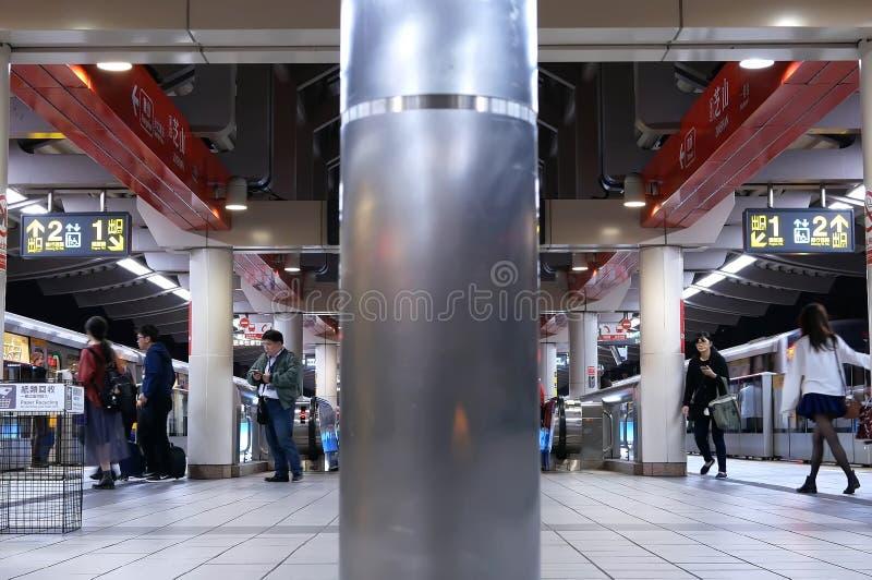 Bewegung von den Pendlern, die in und aus dem skytrain an der Plattform in Taipeh Taiwan erhalten lizenzfreie stockbilder
