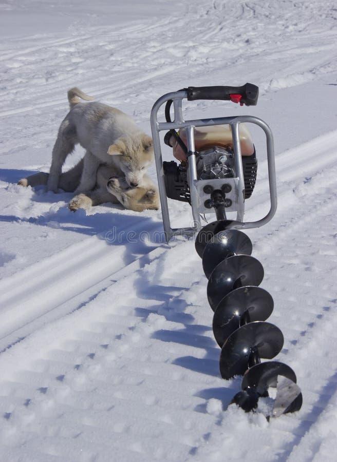 Bewegungsbohrgerät für die Fischerei im Schnee lizenzfreies stockbild