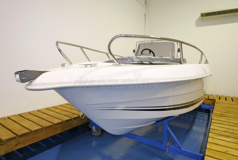 Bewegungsboot im Ausstellungsraum oder in der Garage stockbilder