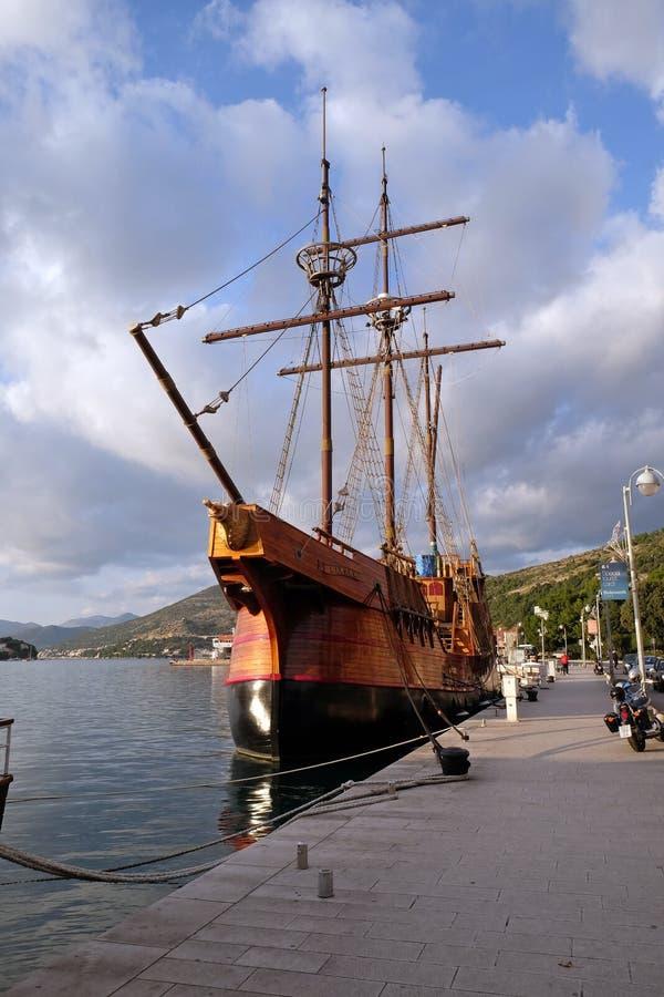 Bewegungssegelboot Karaka im Hafen von Dubrovnik, lizenzfreie stockfotos