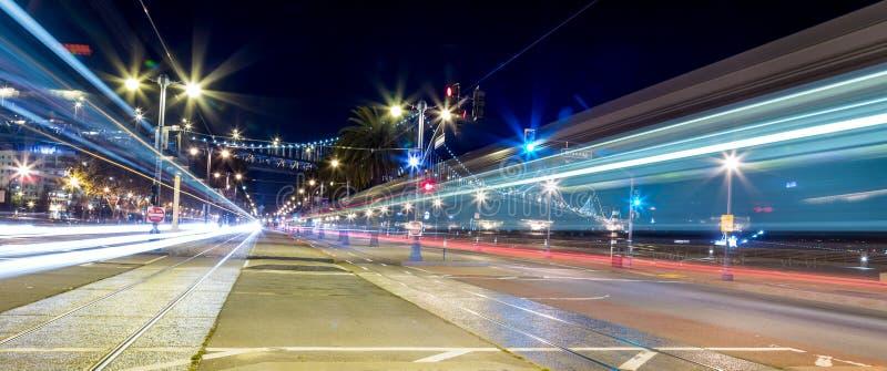 Bewegungsunschärfe des Nachtstadtverkehrs lizenzfreie stockfotografie