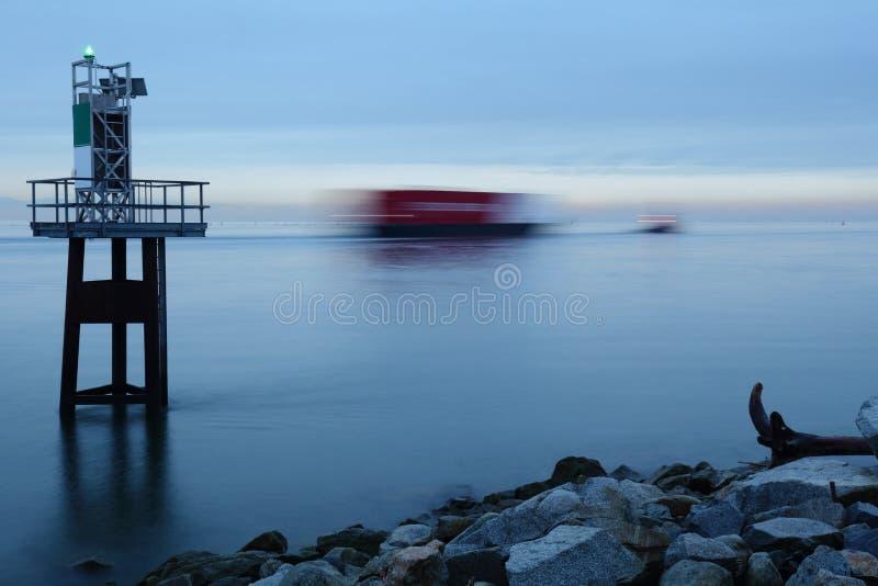 Fraser River Schlepper und Barge herein Bewegung stockfotos
