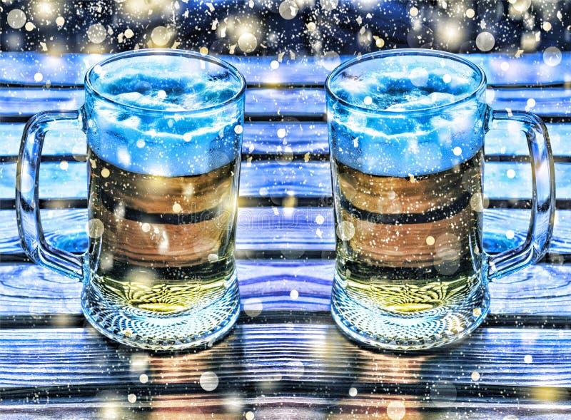 bewerkend bier Twee mokken van biernieuwjaar, Kerstmis royalty-vrije stock foto
