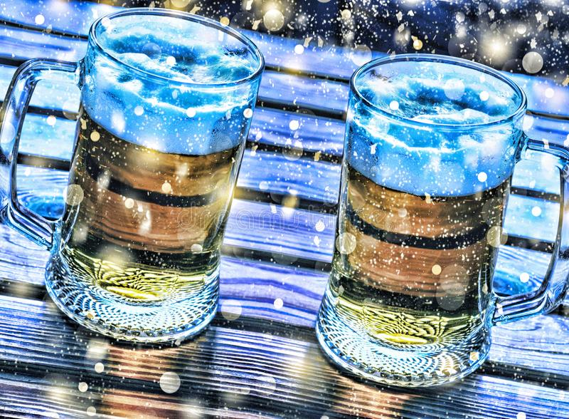 bewerkend bier Twee mokken van biernieuwjaar, Kerstmis stock afbeeldingen